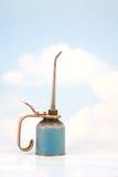 O petróleo velho pode no fundo do céu Fotografia de Stock Royalty Free