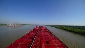 O petroleiro de óleo vai no rio Mississípi no verão Lapso de tempo vídeos de arquivo