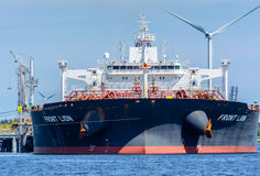 O petroleiro grande Front Lion é amarrado no molhe da energia do zênite Imagens de Stock Royalty Free