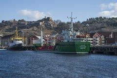 O navio amarrado ao cais no porto de halden Fotografia de Stock