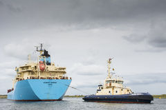 O petroleiro Robert Maersk está em sua maneira ao terminal de Vopak Imagens de Stock
