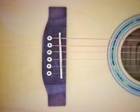 O phto do vintage de cordas da guitarra acústica na tabela de madeira na sala, o fim acima da vista superior e a luz solar com es Imagem de Stock Royalty Free