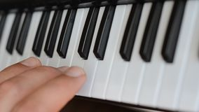 O pianista joga o piano video estoque