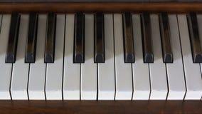 O piano fecha o ébano velho do tempo em grande branco Imagem de Stock Royalty Free