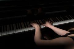 O piano fecha o pianista Hands Playing imagem de stock
