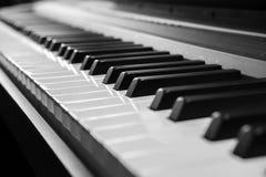O piano fecha preto e branco imagem de stock