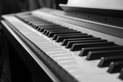 O piano fecha preto e branco imagens de stock