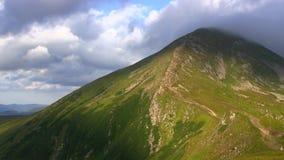 O pico de montanha a mais alta cobriu nuvens filme