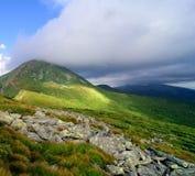 O pico de montanha a mais alta cobriu nuvens Fotos de Stock