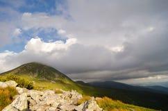 O pico de montanha a mais alta cobriu nuvens Imagem de Stock Royalty Free