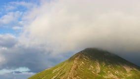 O pico de montanha a mais alta cobriu nuvens video estoque