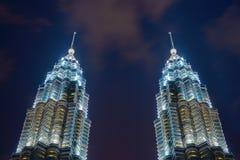 O pico de torres gêmeas de Petronas Kuala Lumpur Downtown, Malásia Distrito e centros de negócios financeiros na cidade urbana es fotos de stock