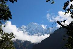 O pico nepalês Thamserku da neve é uma montanha nos Himalayas do Nepa oriental fotografia de stock