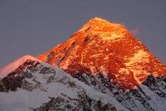 O pico o mais alto do mundo - Monte Everest foto de stock