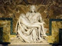 O Pieta ou o lamento famoso de Cristo são a escultura de Michelangelo Buonarroti na catedral de St Peter no Vaticano imagens de stock