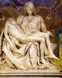 O Pieta por Michelangelo, a basílica de St Peter imagem de stock