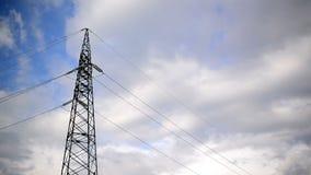 O pilão de alta tensão e as linhas da energia elétrica com lapso de tempo nublam-se no fundo. vídeos de arquivo