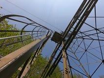 O pilão do cabo aéreo que conecta as cidades do albino e do Selvino fotografia de stock