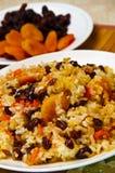 O Pilaf fêz o arroz do ââof e secou frutas. Imagem de Stock