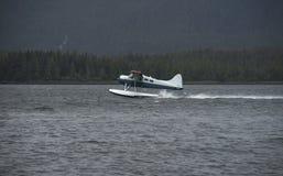 O piloto de Alaska Bush descola o plano do flutuador imagens de stock royalty free