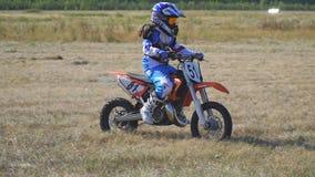 O piloto de Enduro monta uma bicicleta do motocross video estoque