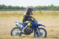 O piloto de Enduro monta uma bicicleta do motocross Imagens de Stock