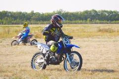 O piloto de Enduro monta uma bicicleta do motocross Fotos de Stock Royalty Free