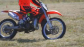 O piloto de Enduro monta uma bicicleta do motocross vídeos de arquivo