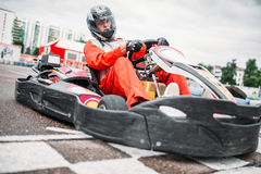 O piloto de Kart na linha do começo, vai motorista do carro imagem de stock