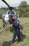 O piloto do helicóptero toma uma ruptura fotos de stock