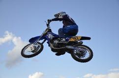 O piloto espectacular do moto do salto em uma motocicleta imagens de stock