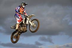O piloto espectacular do moto do salto em uma motocicleta fotos de stock