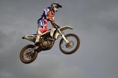 O piloto espectacular do moto do salto em uma motocicleta fotos de stock royalty free