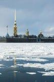 O pináculo da fortaleza de Petropavlovskaya Fotos de Stock