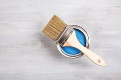 O pincel e pode com pintura Vista superior Fotografia de Stock
