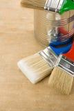 O pincel e pode na madeira Imagens de Stock