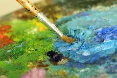 O pincel grande está misturando cores Imagens de Stock