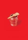 O pincel pode sobre da pintura vermelha Imagem de Stock Royalty Free