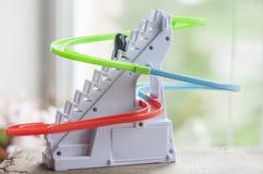 O pinguim do brinquedo desliza para baixo a corrediça Imagem de Stock Royalty Free