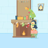 O pinguim está decorando uma chaminé Imagens de Stock