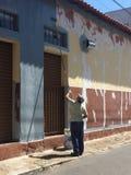 O pintor da parede imagem de stock