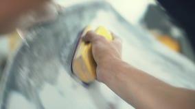 O pintor de casa lustra manualmente a superfície do carro vídeos de arquivo