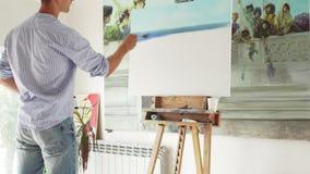 O pintor masculino pinta a pintura video estoque