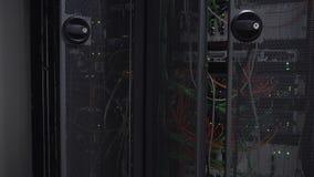 O piscamento da cremalheira do servidor conduziu luzes está em um centro de dados moderno vídeos de arquivo