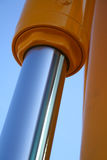 O pistão chromeplated do sistema hidráulico de uma draga Imagem de Stock