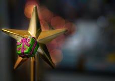 O plástico atual como decorações pendura na estrela dourada sobre para a árvore e fotos de stock