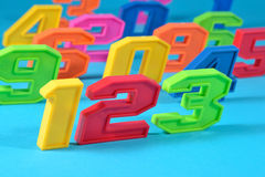 O plástico colorido numera 123 em um fundo azul Imagens de Stock