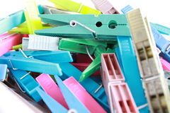 O plástico colorido veste grampos Fotos de Stock