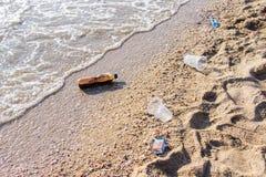 O plástico e o outro lixo da poluição são problema na praia no causado por muito destino popular do turista dos turistas do volum foto de stock royalty free