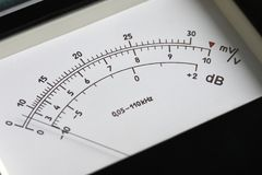 O placar e o interruptor de alavanca de um ponto análogo medem o poder e a tensão de medição fotos de stock royalty free
